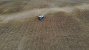 Авиационная съемка, взгляд сверху, весна, трактор с особенными плантаторами точности работает в поле, там засаживать  акции видеоматериалы