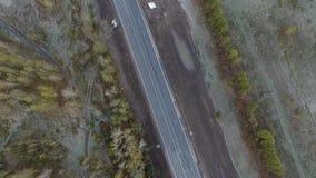 Авиационная съемка полет вдоль последнего шоссе осени