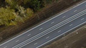 Авиационная съемка полет над перпендикуляром шоссе к движению