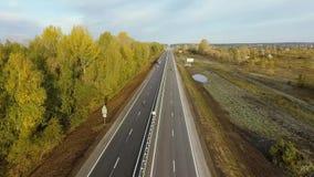 Авиационная съемка полет над скоростным шоссе к горизонту