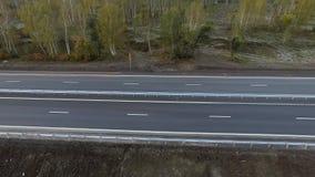 Авиационная съемка полет слева направо вдоль шоссе