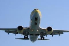 Авиалайнер проходя сразу наверху Стоковые Фото
