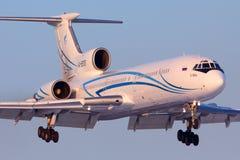 Авиалайнер Туполева Tu-154M старый русский коммерчески авиакомпаний Gazpromavia приземляясь на международный аэропорт Vnukovo на  стоковое фото