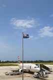 Авиалинии Боинг 737 Кеймана на международном аэропорте Оуэна Roberts на Grand Cayman Стоковая Фотография RF