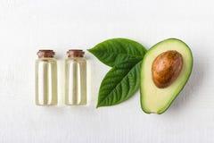 Авокадовое масло в стеклянной бутылке стоковые изображения rf