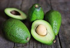 Авокадо и масло на деревянной предпосылке Стоковые Фото