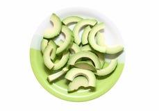 Авокадо отрезал в куски на плите Стоковые Фотографии RF
