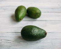 3 авокадоа на белом старом деревянном столе Стоковое Изображение