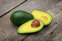 2 авокадоа одного отрезанного в 2 с семенем Стоковое Фото