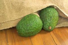 2 авокадоа льют из старого мешка земледелия Стоковые Изображения RF