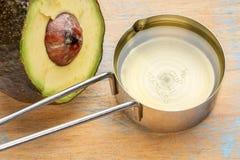 Авокадовое масло в измеряя чашке Стоковые Фото