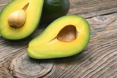 Авокадоы одно отрезанные в 2 с семенем Стоковая Фотография RF