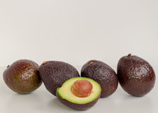 Авокадо Брайна изолированный с зеленой половиной с предпосылкой белизны семени Стоковые Фотографии RF