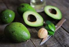 Авокадо и масло на деревянной предпосылке Стоковое фото RF