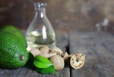 Авокадо и масло на деревянной предпосылке Стоковое Фото