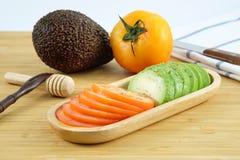 Авокадо и томат Стоковая Фотография
