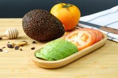 Авокадо и томат Стоковая Фотография RF
