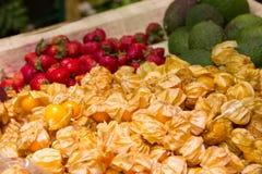 Авокадо, клубники, голубики, маракуйя Стоковое фото RF