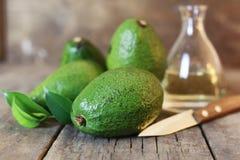 Авокадо на деревянной предпосылке Стоковые Изображения