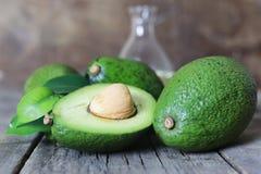 Авокадо на деревянной предпосылке Стоковое Изображение RF