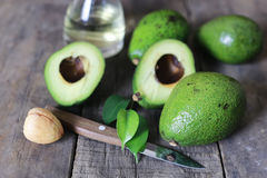 Авокадо на деревянной предпосылке Стоковое Фото