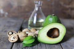 Авокадо на деревянной предпосылке Стоковое фото RF