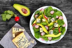 Авокадо, сыр горгонзоли, шпинат, салат редиски Стоковая Фотография