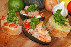 Авокадо, ciabatta, гуакамоле, креветка, тунец, салат томата Стоковые Фото