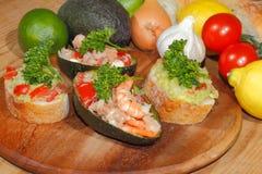Авокадо, ciabatta, гуакамоле, креветка, тунец, салат томата Стоковое Изображение RF
