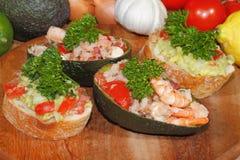 Авокадо, ciabatta, гуакамоле, креветка, тунец, салат томата Стоковое фото RF