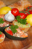 Авокадо, ciabatta, гуакамоле, креветка, тунец, салат томата Стоковые Фотографии RF