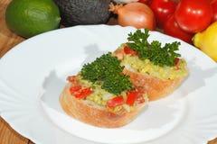 Авокадо, ciabatta, гуакамоле, томат, лимон, лук, чеснок Стоковое Изображение