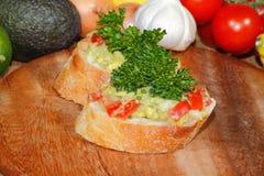 Авокадо, ciabatta, гуакамоле, томат, лимон, лук, чеснок Стоковая Фотография