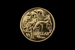 Австралиец одна монетка доллара изолированная на черной предпосылке Стоковое Изображение RF