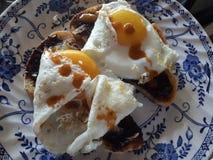 Австралийские яичницы завтрака на здравице с Vege стоковые изображения rf
