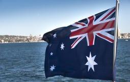 Австралийский флаг в заливе Сиднея стоковые изображения rf