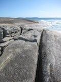 Австралийские скалистые побережье и пляж с гигантскими утесами Стоковое фото RF