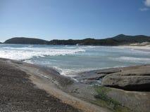 Австралийские скалистые побережье и пляж с гигантскими утесами Стоковое Изображение