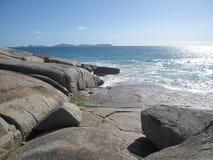 Австралийские скалистые побережье и пляж с гигантскими утесами Стоковое Изображение RF