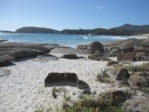 Австралийские южные скалистые побережье и пляж с белым песком Стоковые Фотографии RF