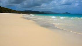 Австралийский белый пляж гавани с водой бирюзы, песком белизны кремнезема сток-видео