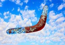 Австралийский бумеранг летает в небо против чисто белых облаков Стоковое фото RF
