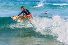 Австралийский серфер на гребне волны Стоковое фото RF