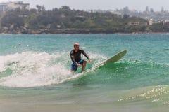 Австралийский серфер улавливая волну Стоковое фото RF