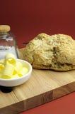 Австралийский традиционный хлеб демфера с скручиваемостями масла и море солят вертикаль. Стоковое Фото