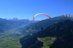 Австриец Альпы: Параглайдинг над Spieljoch около gen ¼ Hochfà в Zi Стоковые Изображения RF