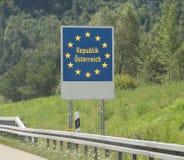 Австрийская граница и дорожный знак границы Стоковая Фотография RF