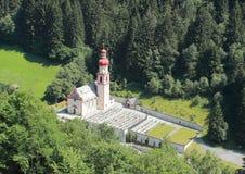 Австрийские церковь и погост в Альпах Стоковая Фотография