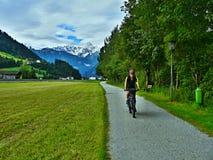 Австрийский Альп-взгляд на велосипедисте для того чтобы bicycle путь в долине Zillertal Стоковое Изображение RF