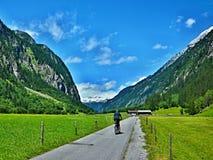 Австрийский Альп-внешний вид на велосипедисте на долине Stilluptal Стоковые Изображения RF